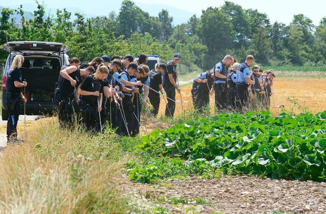 Polizeibeamte durchsuchen am Donnersta...s Fundorts der Leiche des 24-Jährigen.  | Foto: Ingo Schneider