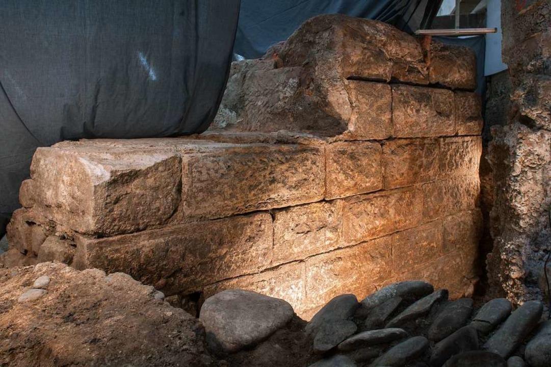 Die aus Bossenquadern errichtete Mauer...Jahrhundert und wird erhalten bleiben.  | Foto: Adrian Jost (Achäologische Bodenforschung Basel-Stadt)