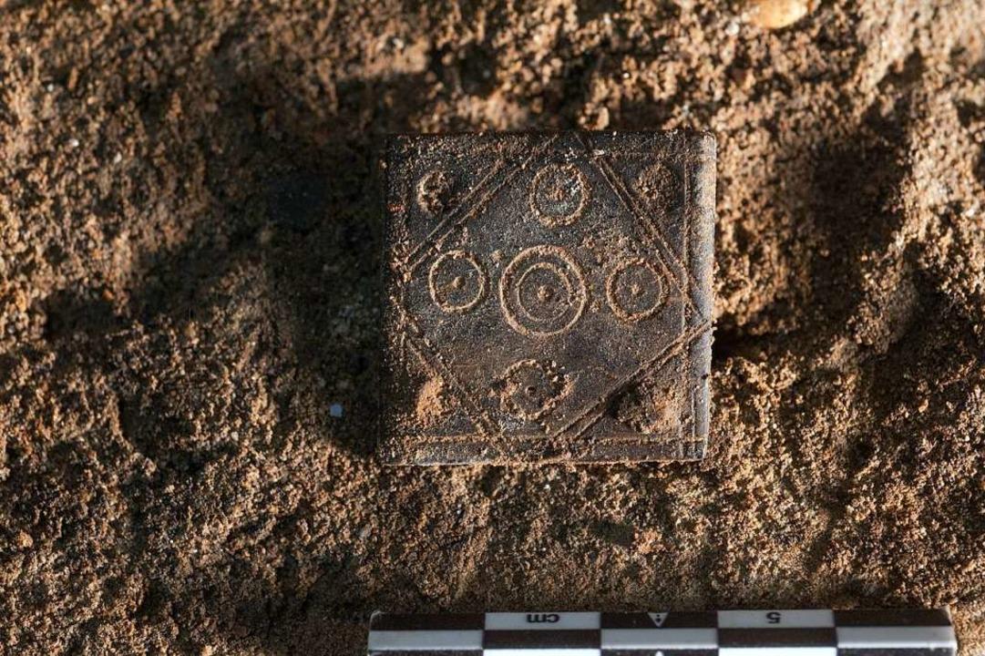 Verziertes Knochenplättchen, welches z... Bänder und Borten hergestellt werden.  | Foto: Adrian Jost (Achäologische Bodenforschung Basel-Stadt)