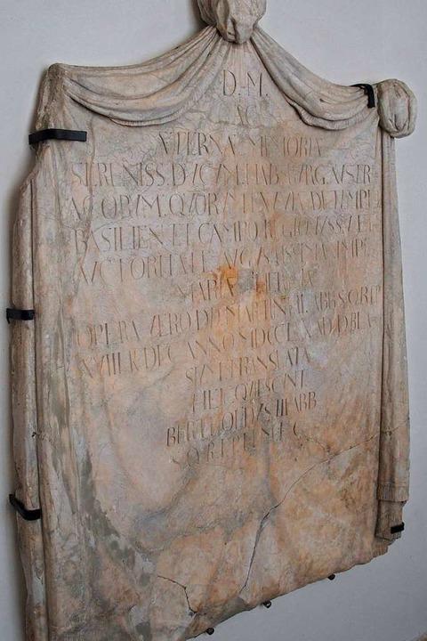 Eine Tafel, die der letzte St. Blasier... die  tief unter der Orgel im Dom lag.  | Foto: Thomas Mutter