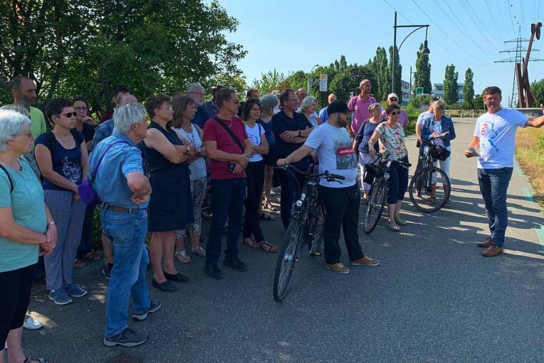 Baubürgermeister Oliver Martini erläut... Erlebnis-Areal am Wasser werden kann.  | Foto: Helmut Seller