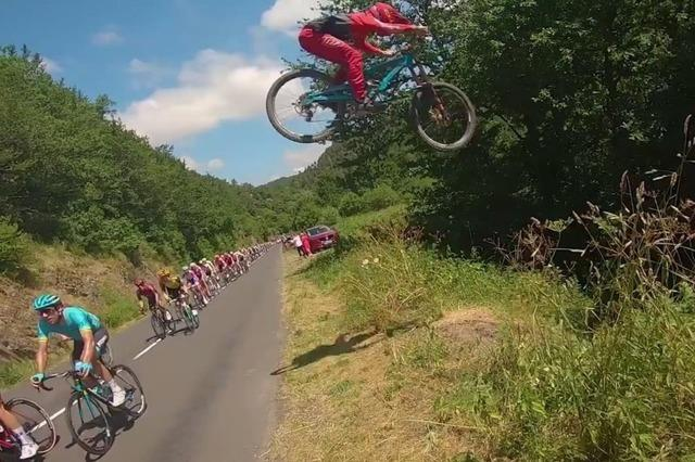 Video: Junger Mountainbiker springt über die Tour de France