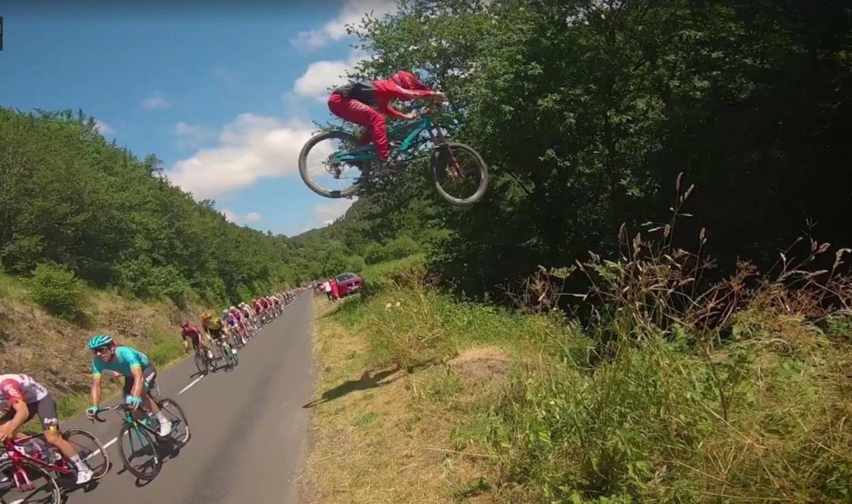 Der französische Mountainbiker Valentin Anouilh springt über die Tour de France.  | Foto: FabianMct/Valentin Anouilh/Facebook