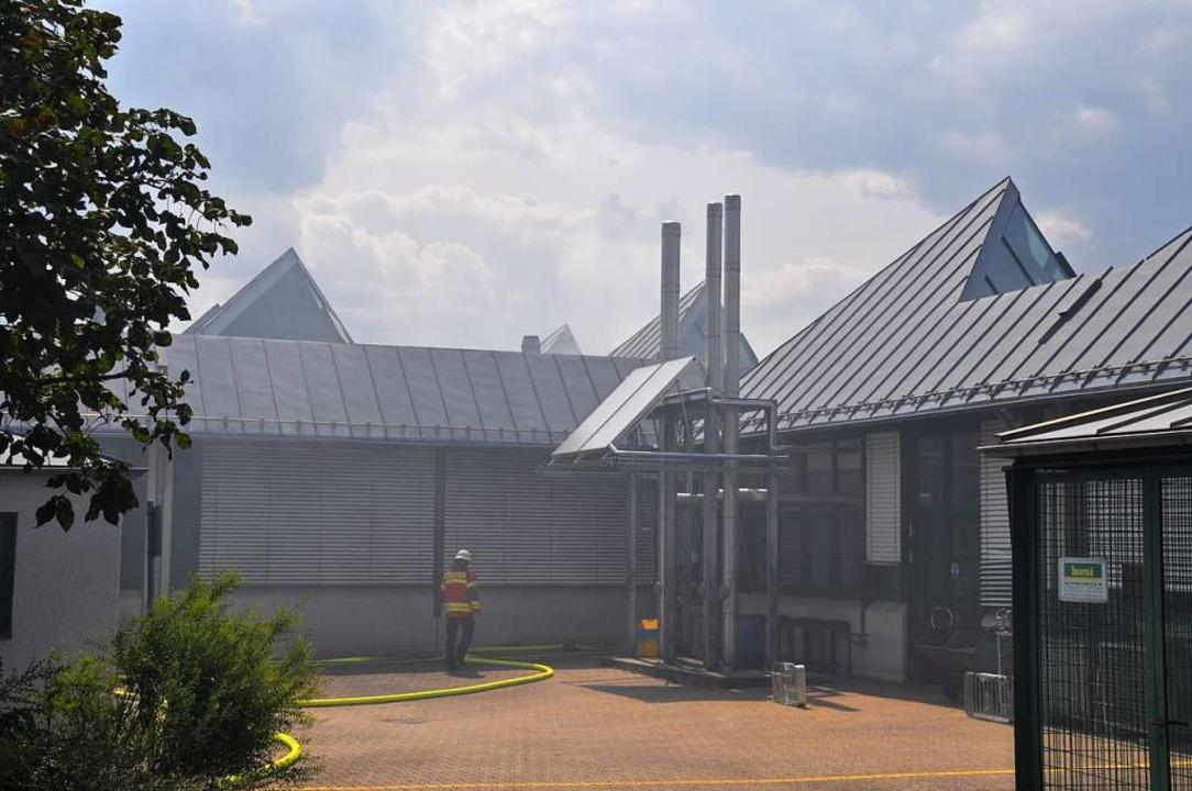 Rauchschwaden hängen über dem Teil der...einer-Lehrwerkstatt untergebracht ist.  | Foto: Nicolai Kapitz