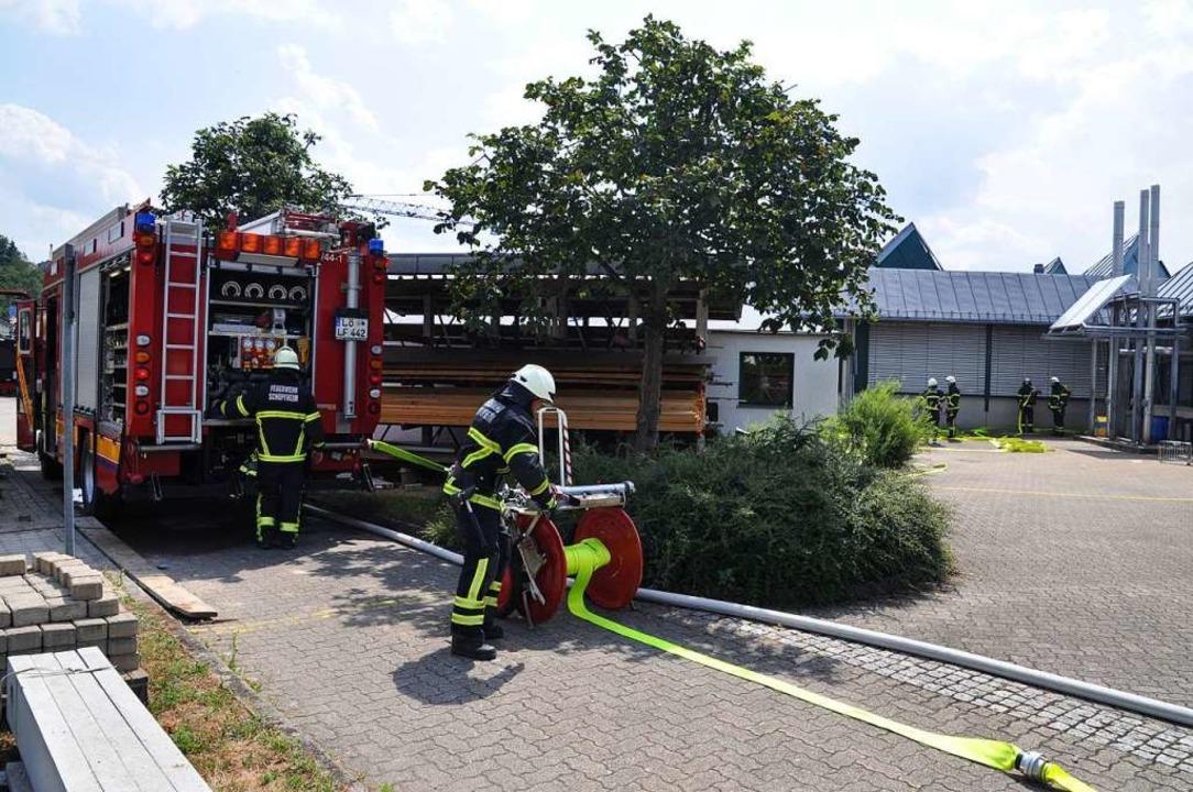 Die Feuerwehren aus Schopfheim und Wiechs sind im Einsatz.  | Foto: Nicolai Kapitz