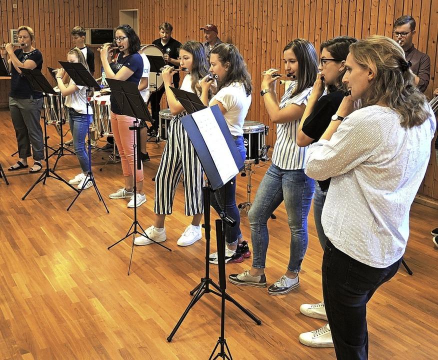 Die Musikerinnen und Musiker beim  Abschlussstück.  | Foto: Roland Vitt