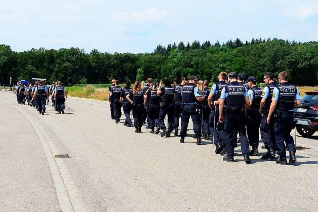 Der Einsatz der Polizeibeamtinnen und -beamten am Donnerstagmittag.  | Foto: Ingo Schneider