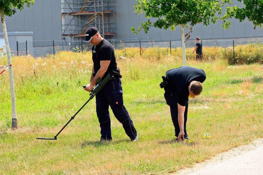 Die Einsatzkräfte setzten auch Metalldetektoren ein.  | Foto: Ingo Schneider