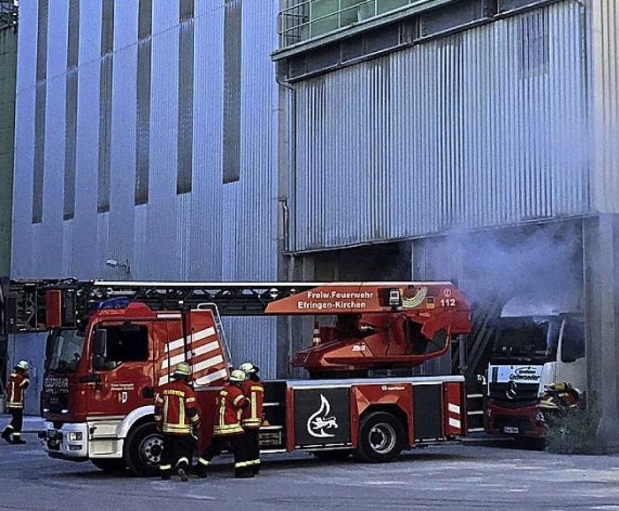 <BZ-FotoAnlauf>Kalkwerk Istein:</BZ-Fo...rübung wurde ein Lkw-Brand angenommen.  | Foto: Lhoist