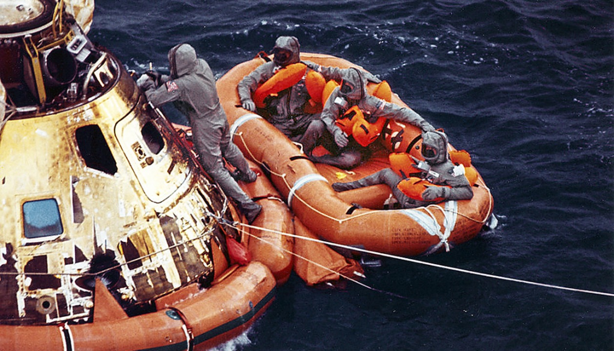 Mission erfüllt: Die drei Apollo-Astronauten sitzen im Rettungsboot.  | Foto: Milt Putnam (dpa)