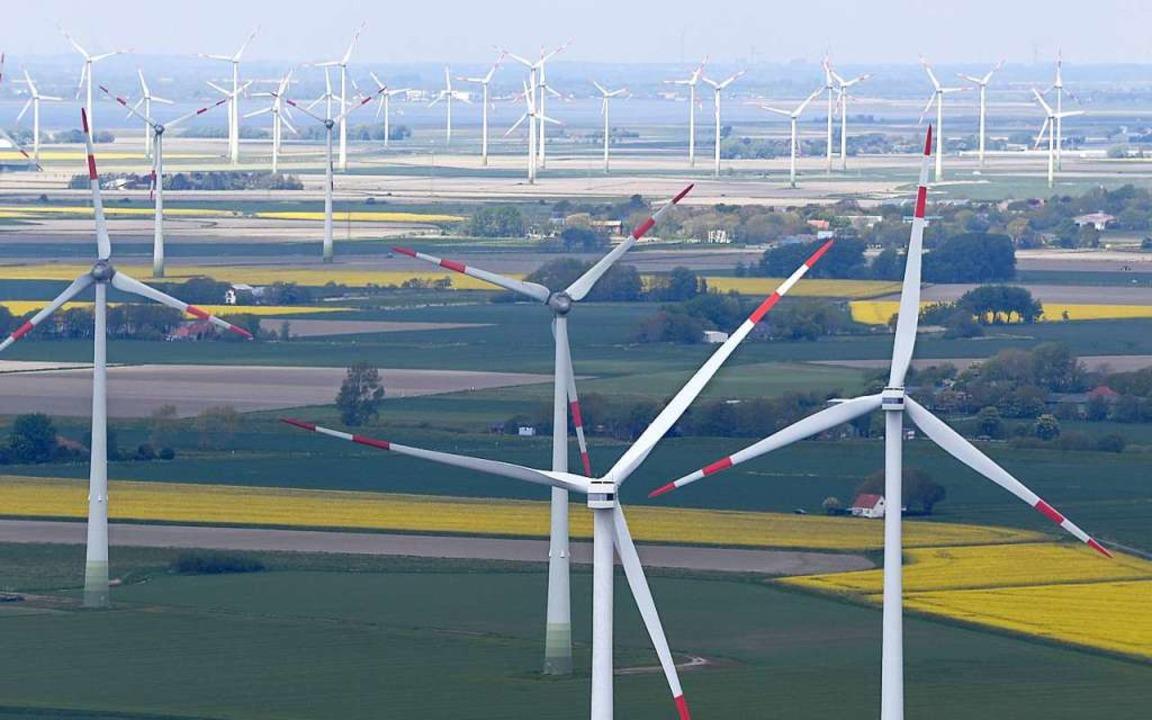 Vor allem in Norddeutschland stehen viele Windparks.  | Foto: Carsten Rehder (dpa)