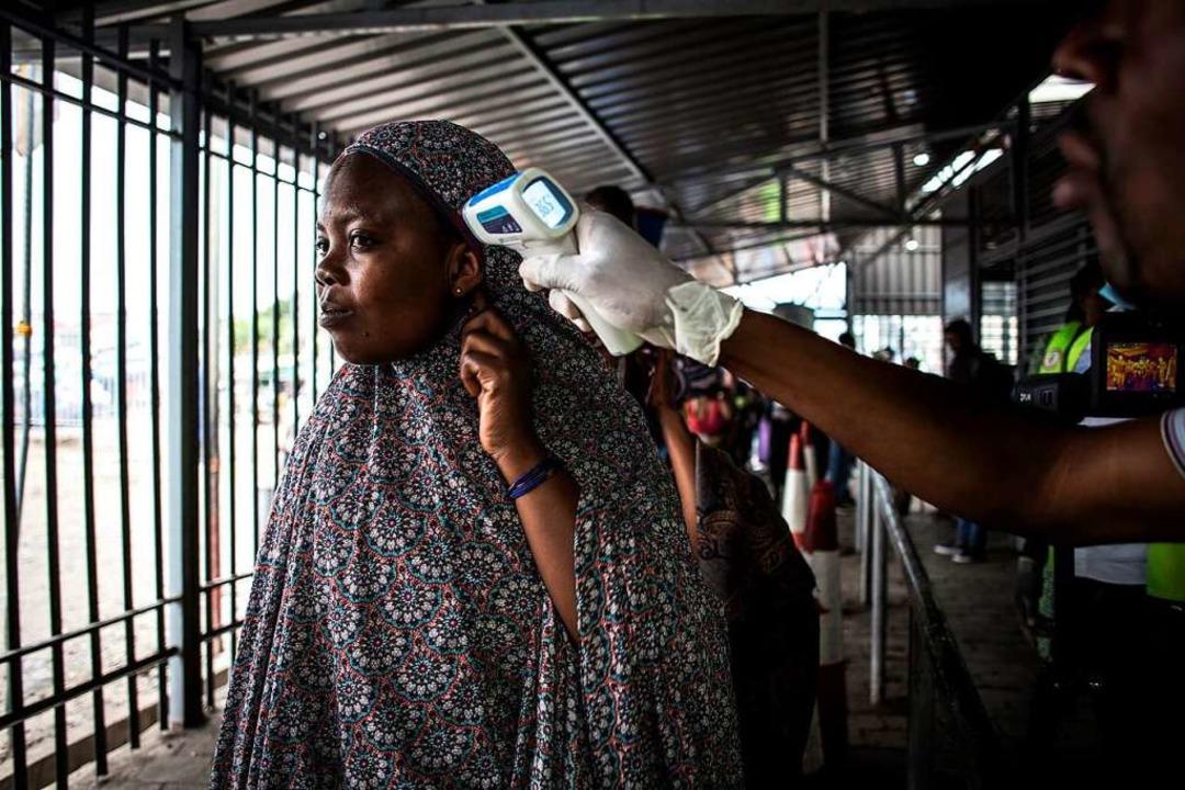 Eine Frau wird am Grenzübergang von Ru...n Kongo auf Ebola-Anzeichen überprüft.  | Foto: JOHN WESSELS (AFP)
