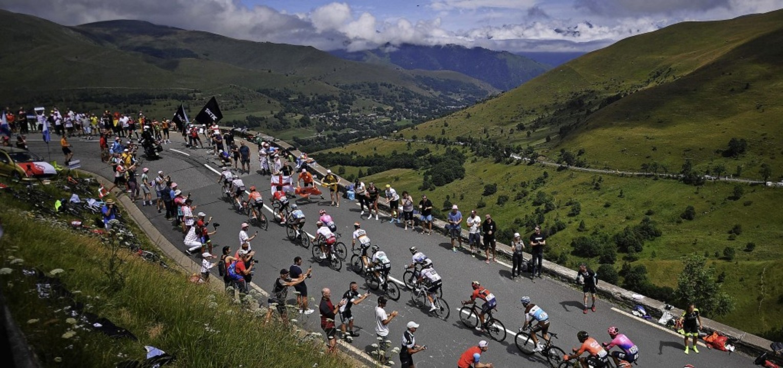Die Ausreißergruppe erklimmt den  1569...seourde-Pass in den Zentral-Pyrenäen.   | Foto: MARCO BERTORELLO (AFP)