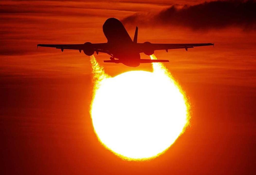 Fliegen macht vielen Menschen Spaß, zerstört aber die Umwelt.     Foto: Julian Stratenschulte (dpa)