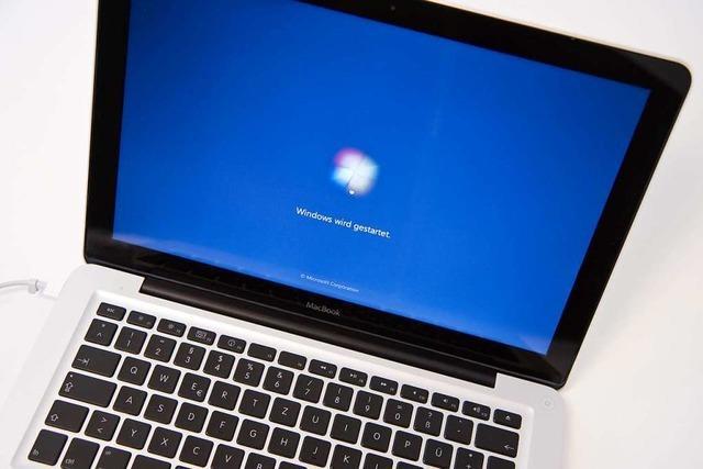 Unbekannter entsorgt Computer auf Spielplatz und zündet ihn an