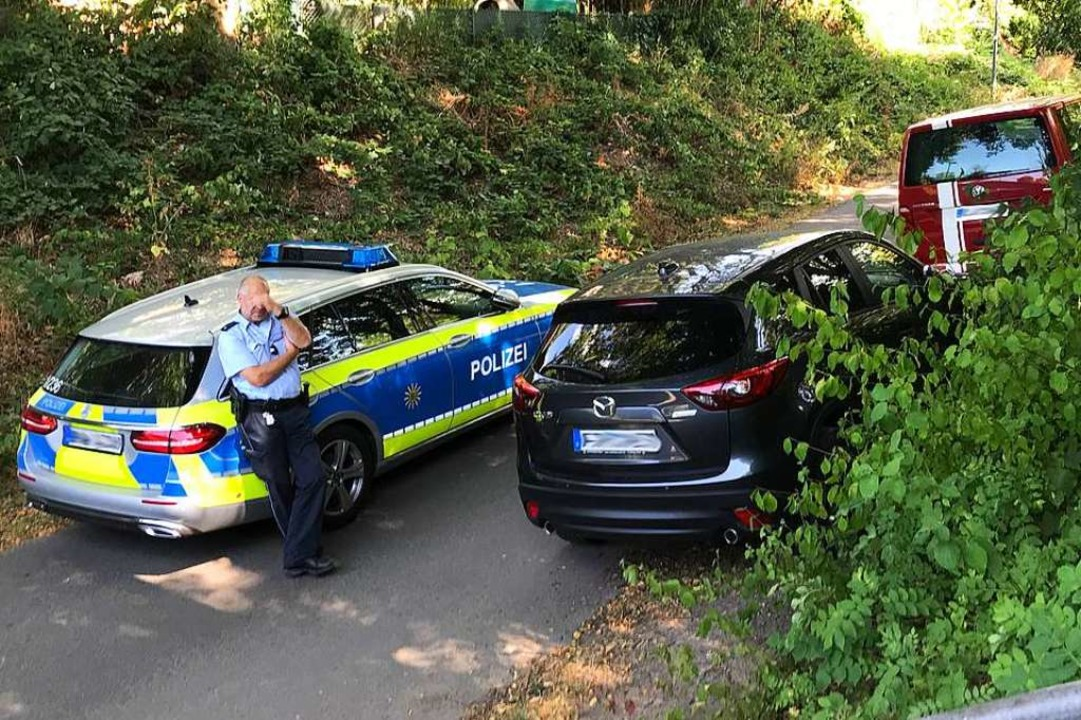 Nach der Tat sicherte die Polizei im v...Ende der Ferdinand-Weiß-Straße Spuren.  | Foto: Daniel Laufer