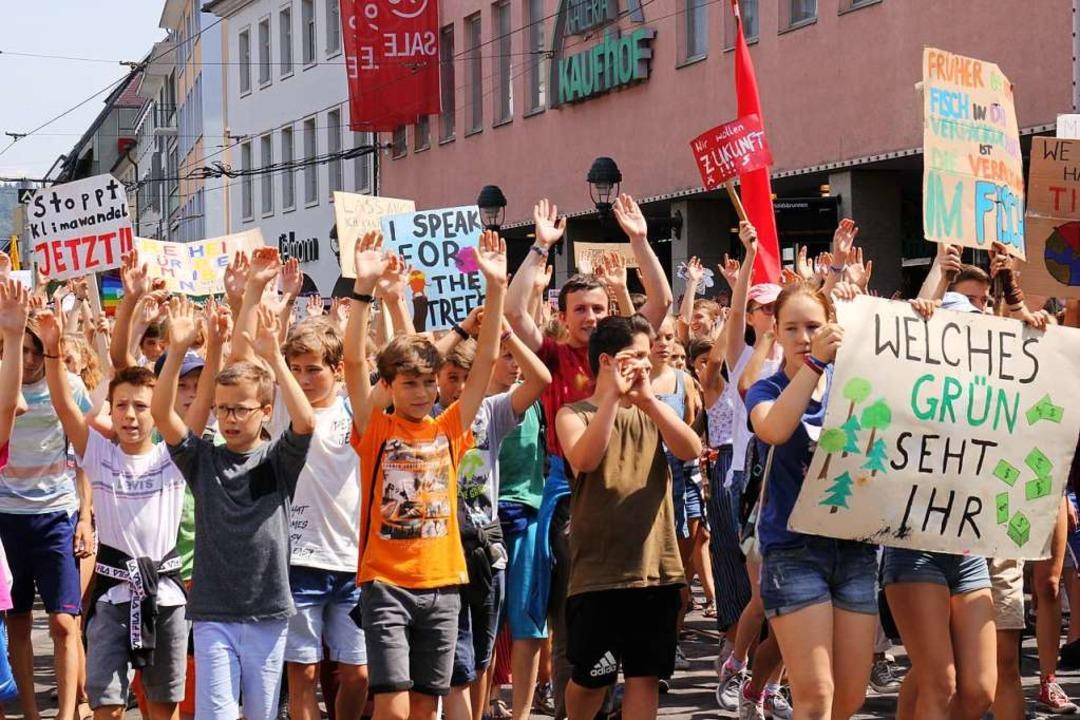 Beim Streik am Freitag nahmen nicht nu...Schüler, sondern auch Erwachsene teil.  | Foto: Gina Kutkat