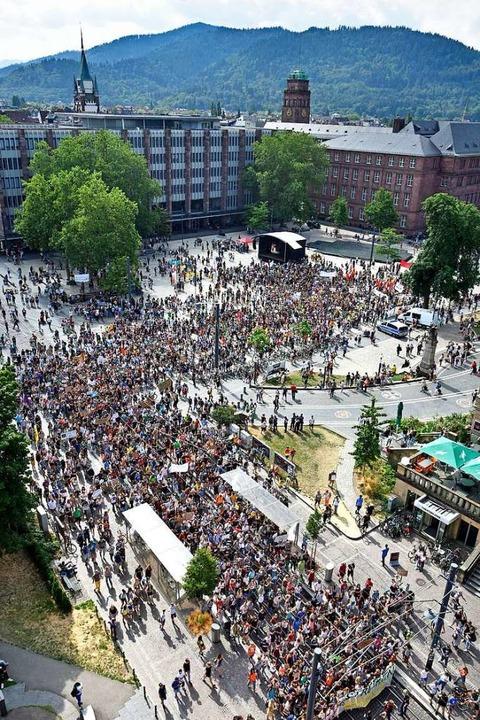 Am Freitag wurden am Platz der Alten S...reden gehalten und Livemusik gespielt.  | Foto: Michael Bamberger