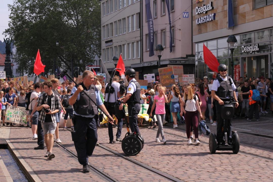 Die Polizei begleitet die Demonstration.  | Foto: Gina Kutkat