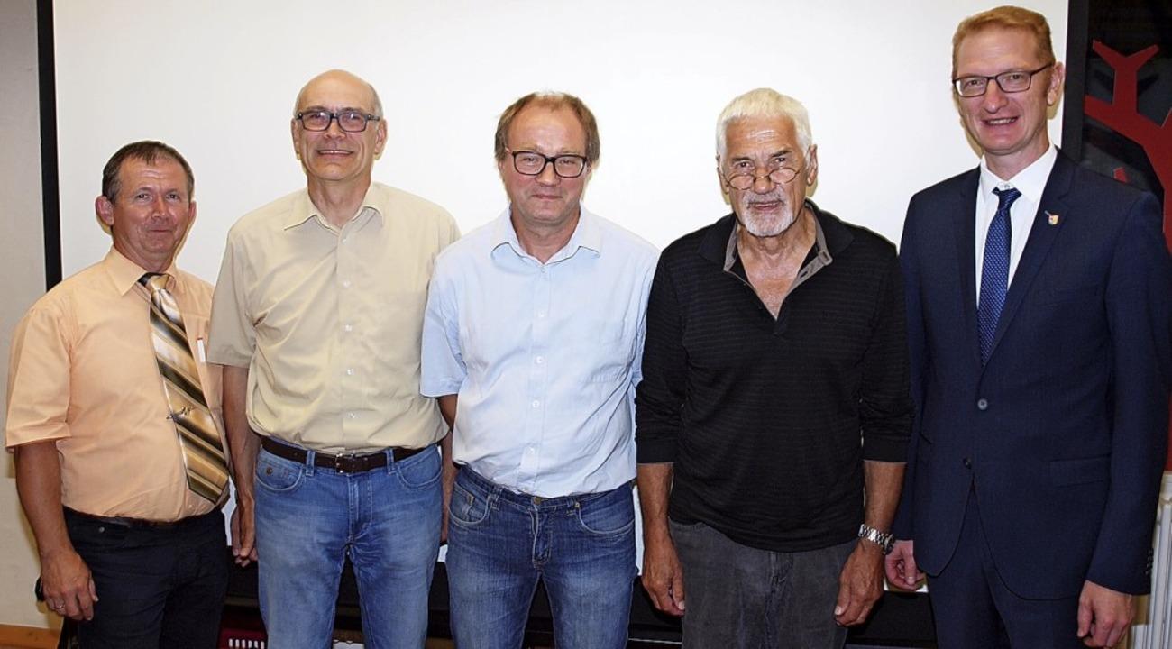 Ortsvorsteher Patrik Vetter, Hubert Go...ermeister Thomas Gedemer (von links).   | Foto: Michael Haberer