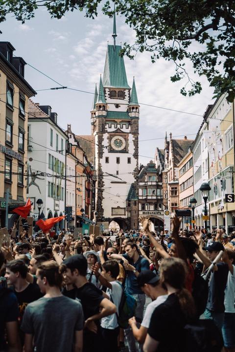 Die Demonstration zog über die Kaiser-Joseph-Straße und durch das Martinstor.    Foto: Stefan Hipp