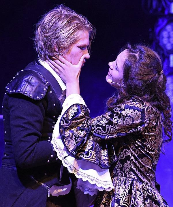 Athos (Yorick Wheis) und Milady de Winter (Enna Fosseler)  | Foto: Martin Eckert