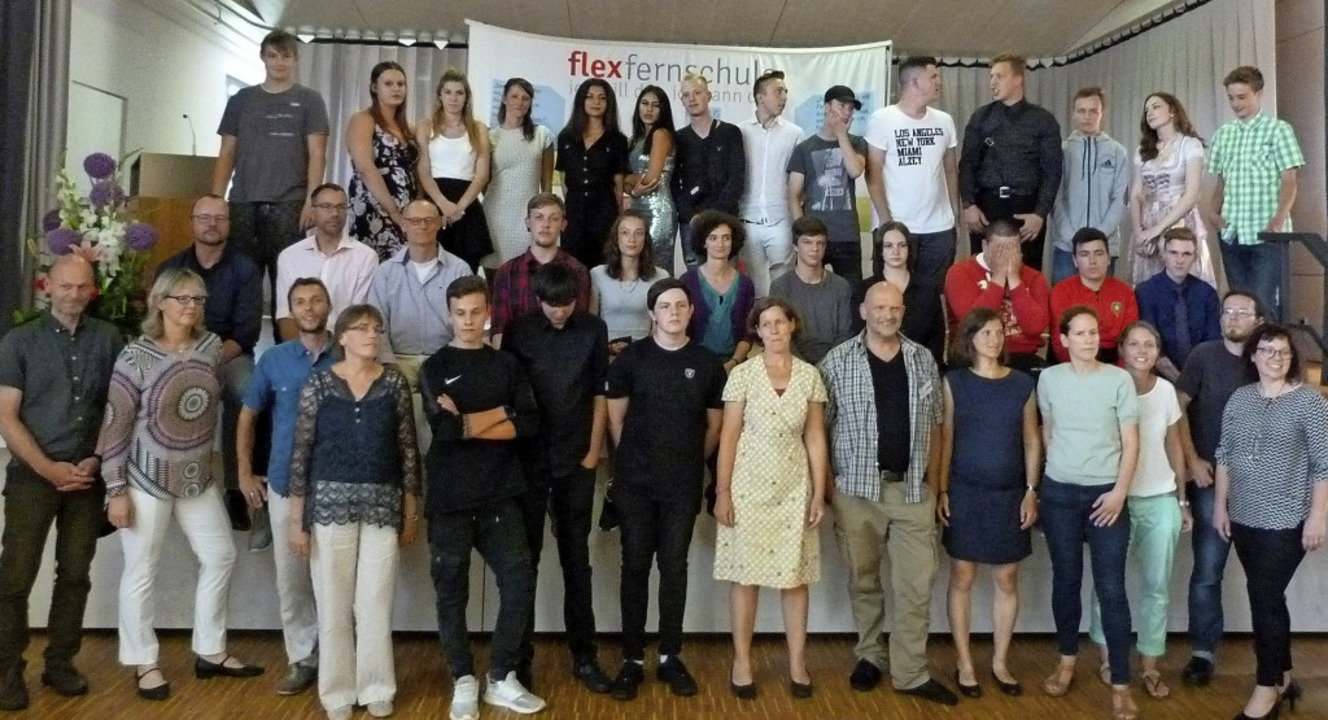 Die  Absolventen der Flex-Fernschule f... ihren erfolgreichen  Schulabschluss.   | Foto: Christine Weirich
