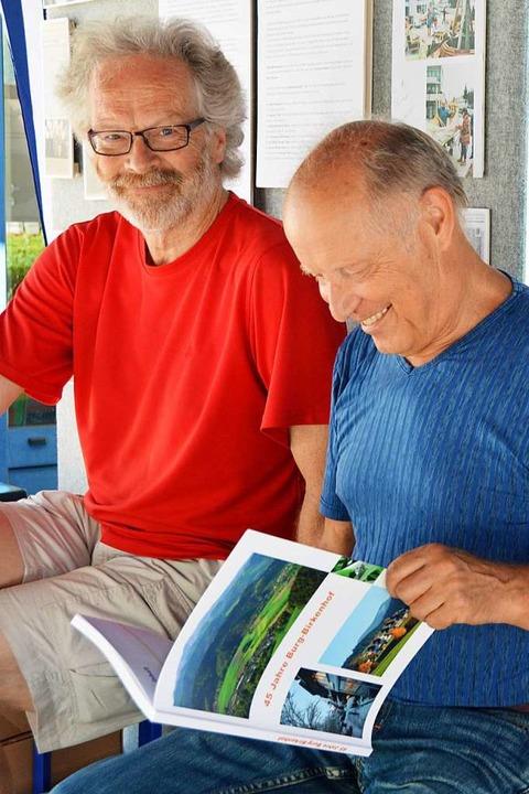 Jan Blaß (links) gab ein Buch über 45 ...irkenhöfler Gerd Schlenker vorstellte.  | Foto: Gerhard Lück