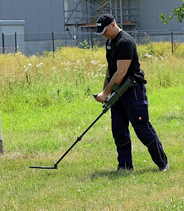 Die Polizei hat am Donnerstag die Umge... auch mit Metalldetektoren abgesucht.   | Foto: Ingo Schneider