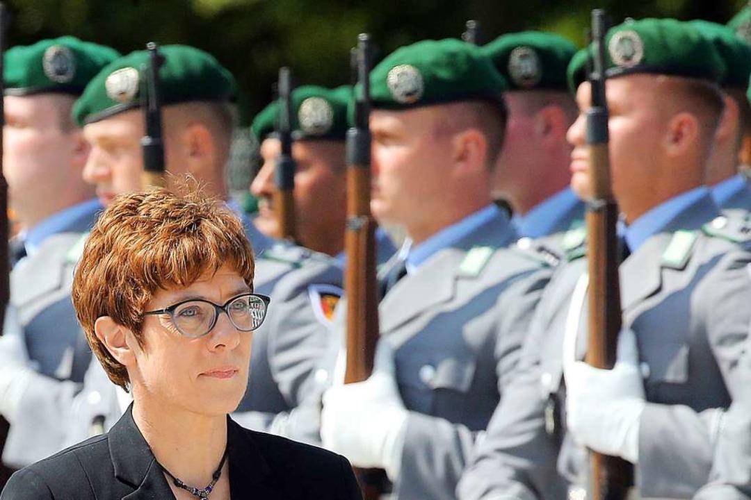 CDU-Chefin und Neu-Verteidigungsminist...ner Bendlerblock an Soldaten vorbei.    | Foto: Wolfgang Kumm (dpa)