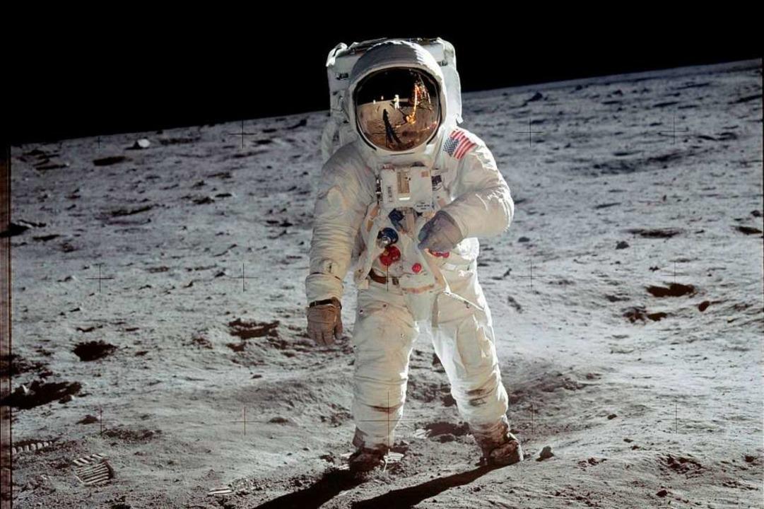 21. Juli 1969 (MEZ): US-Astronaut Edwi...; Aldrin steht auf der Mondoberfläche.  | Foto: Neil Armstrong (dpa)