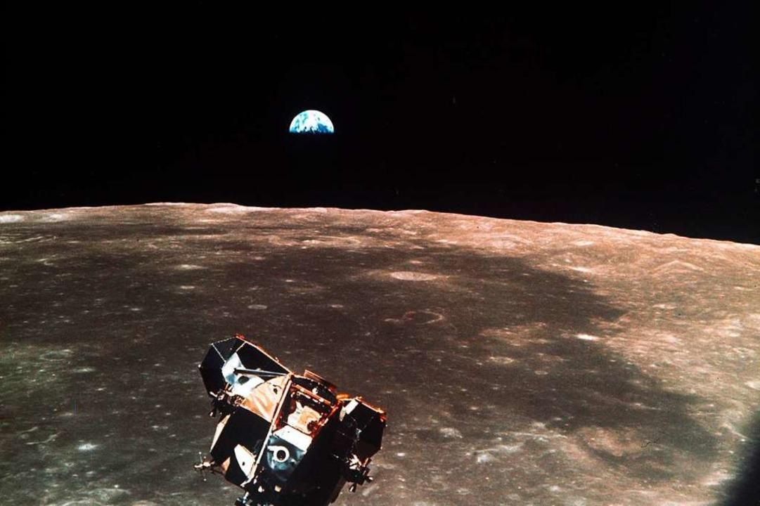 Vor 50 Jahren wurden Bilder der Mondla...Im Hintergrund ist die Erde zu sehen.   | Foto: dpa