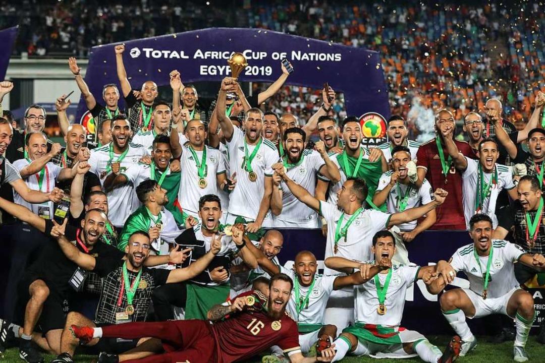 Das Gewinnerbild: Die als Außenseiter ...rika-Cups gegen Senegal mit 1:0 durch.  | Foto: Oliver Weiken (dpa)