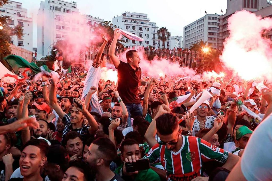 Die Anhänger der algerischen Nationalm...frika-Cups gegen Senegal gewonnen hat.  | Foto: Farouk Batiche (dpa)