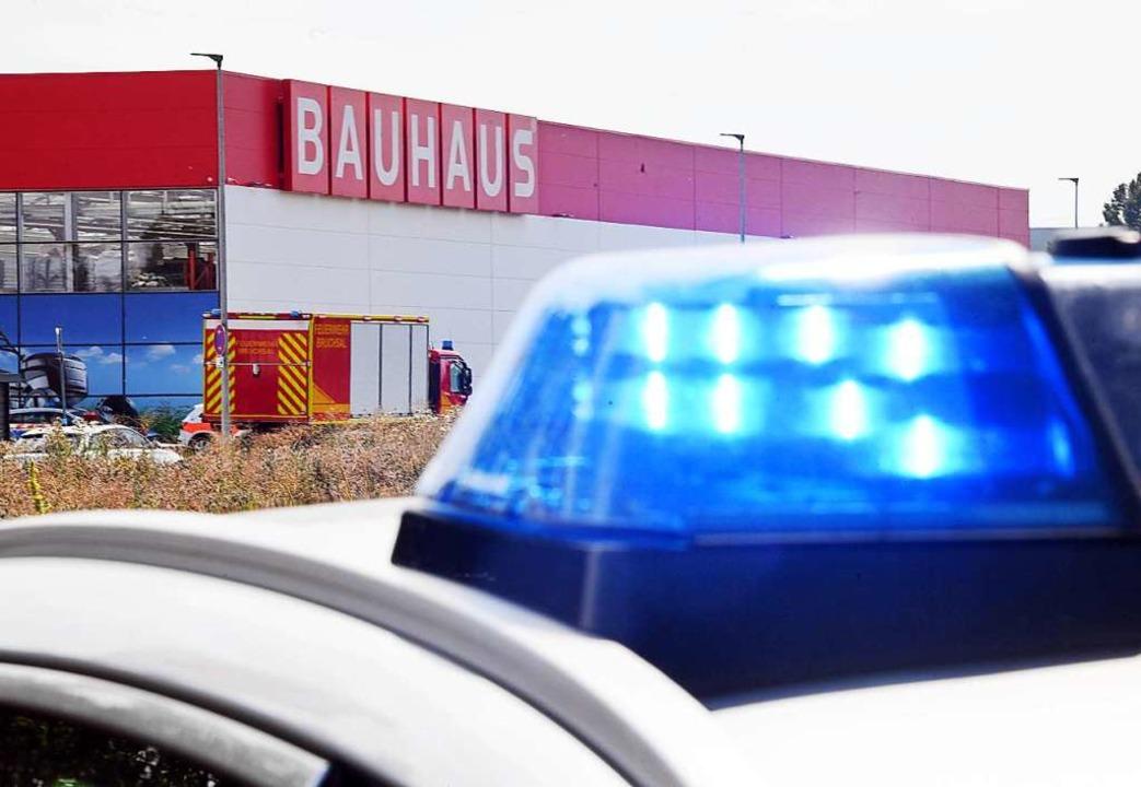 An einem Bauhaus-Baumarkt stehen Einsa...gen die Fassade des Gebäudes geprallt.  | Foto: Uli Deck (dpa)