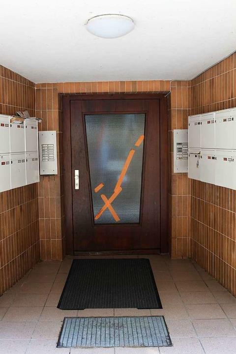 Die Haustür von Haus 10 soll seit mehr als einem Jahr kaputt sein.  | Foto: Joshua Kocher