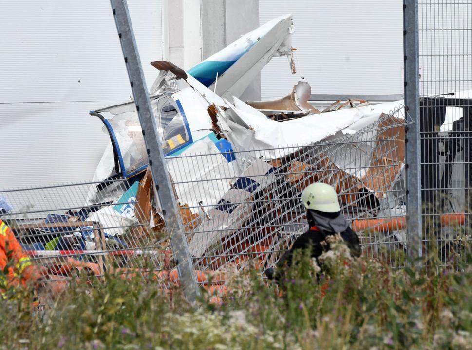 An der Fassade eines Bauhaus Baumarkte...einflugzeugs, das dort abgestürzt ist.  | Foto: Uli Deck (dpa)