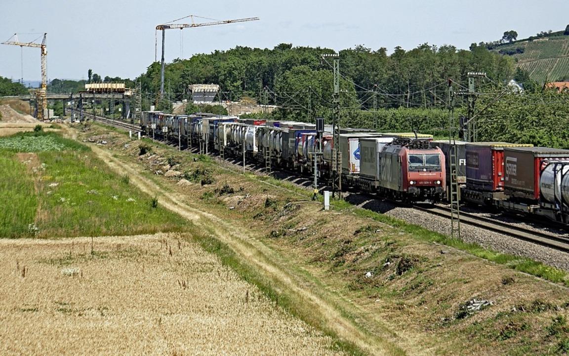 Zwei Güterzüge begegnen sich bei der R...lbahn-Baustelle Fischerpfad in Auggen.  | Foto: Heinz Göttlich