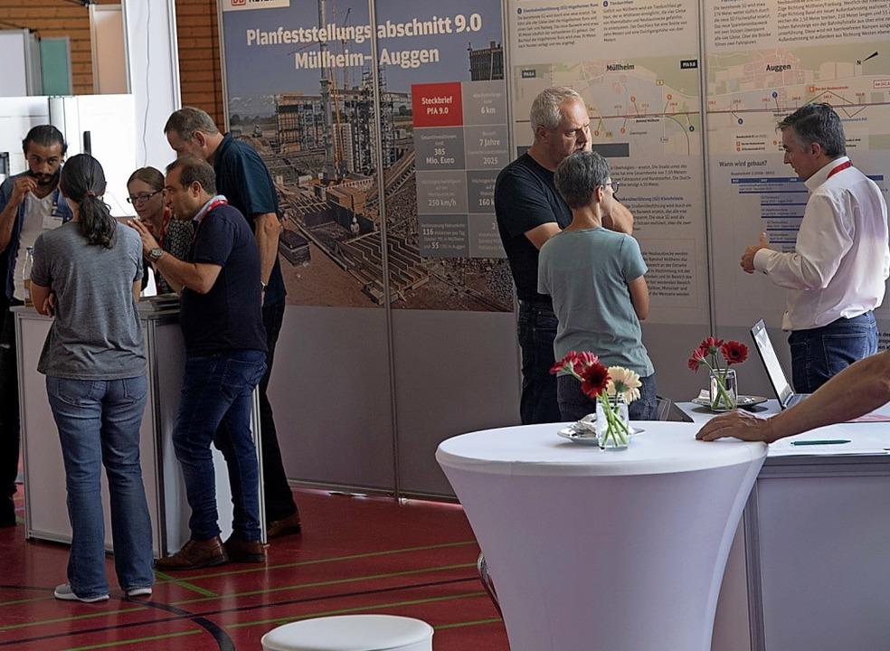 Im Gespräch mit Bürgern: Bahnvertreter in Auggen  | Foto: Volker Münch