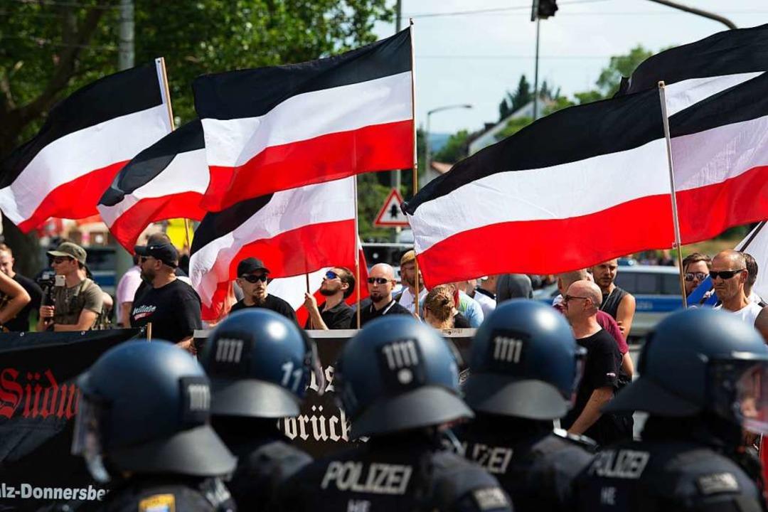 Kassel: Anhänger der rechtsextremen Kl...i der Demonstration ihre Fahnen wehen.  | Foto: Swen Pförtner (dpa)
