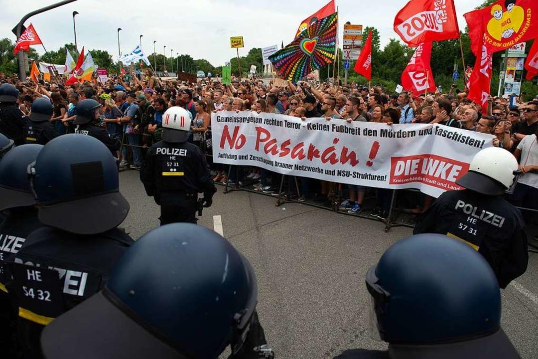 Teilnehmer einer Gegendemonstration st...renten vor Einsatzkräften der Polizei.  | Foto: Swen Pförtner (dpa)