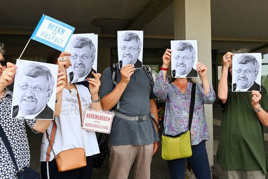 Demonstranten gegen den Aufmarsch der ...ssenen Walter Lübckes vor das Gesicht.  | Foto: Uwe Zucchi (dpa)