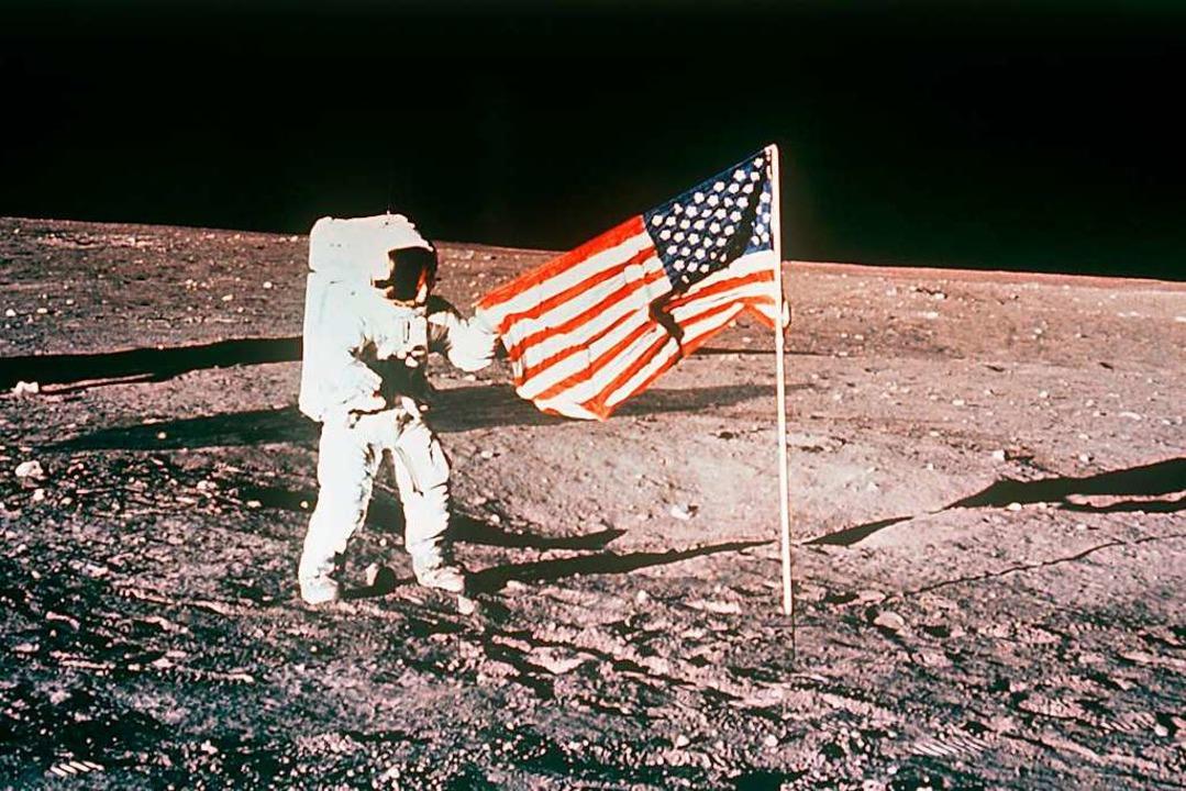 Flagge zeigen: Ein US-Astronaut hisst das Sternenbanner auf dem Mond  | Foto: -