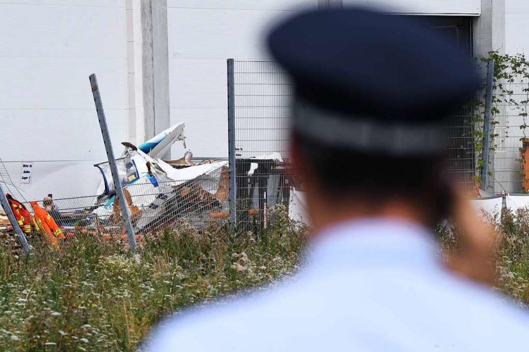 An der Fassade des Bauhaus-Baumarktes ...einflugzeugs, das dort abgestürzt ist.  | Foto: Uli Deck (dpa)
