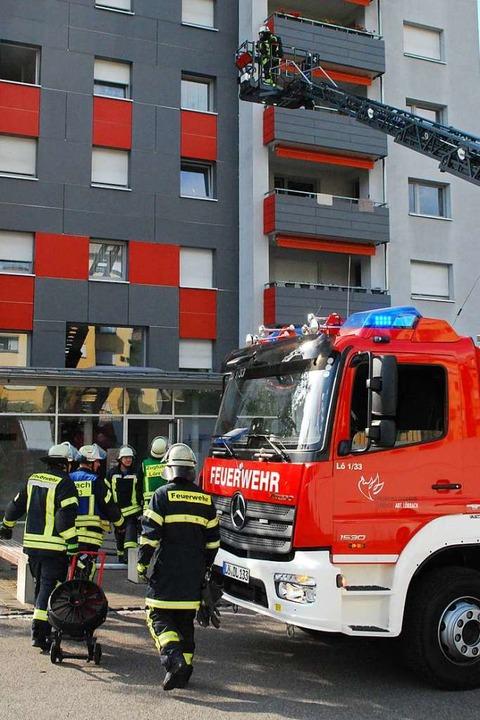 Zu einem Wohnungsbrand musste  die Feu...nd in die Brombacher Straße ausrücken.  | Foto: Thomas Loisl Mink