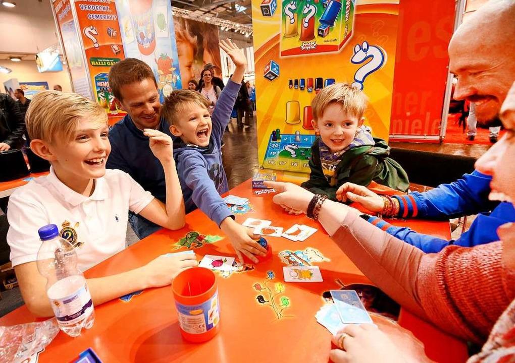 Gemeinsames Spielen macht Spaß –...der Spielemesse in Essen zu sehen ist.  | Foto: Roland Weihrauch (dpa)