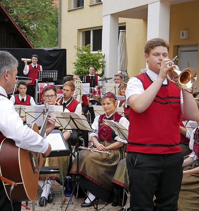 Die Trachtenkapelle Rickenbach –... auf dem Dorfplatz ein Sommerkonzert.   | Foto: Michael Gottstein