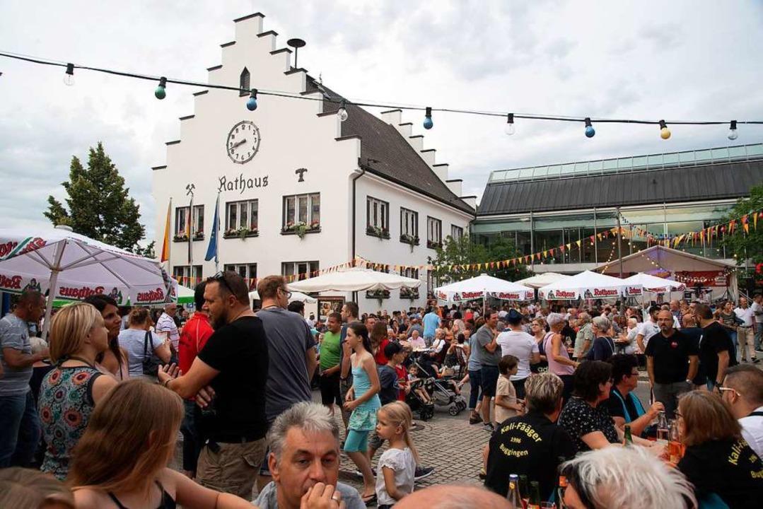 Rund um das Rathaus in Buggingen wurde gefeiert.  | Foto: Volker Münch