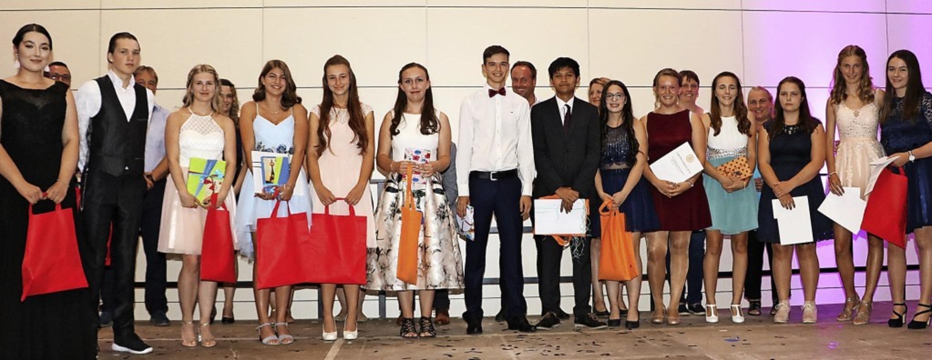 Die erfolgreichen Preisträgerinnen und...ungen im Rahmen der Schulentlassfeier.  | Foto: Martha Weishaar