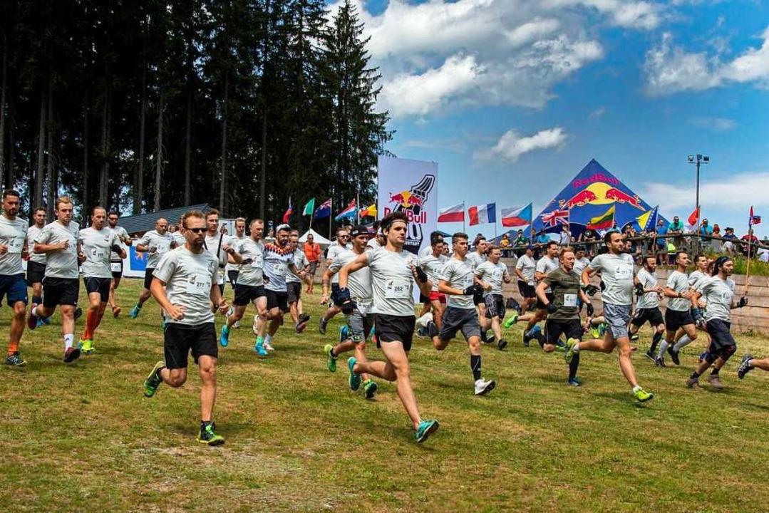 Auf geht's zum Sprint auf die Schanze.   | Foto: Max-Louis Köbele/Red Bull Content Pool